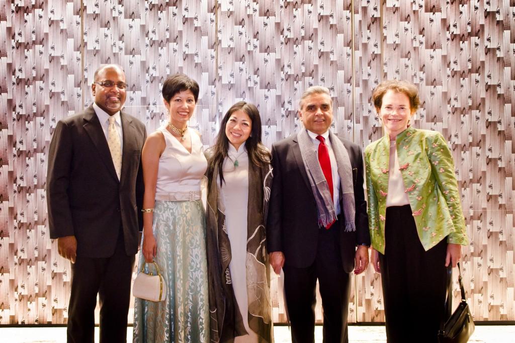2e Gala de IBJ annuel de Singapour pour soutenir le Centre de formation de la Justice de Singapour : de gauche, Sanjeewa Liyanage, directeur du programme International de IBJ ; Principal ministre de Indrani Rajah, Singapour d'état de droit et d'éducation ; Karen Tse, du IBJ fondateur et PDG ; Kishore Mahbubani, doyen de la Lee Kuan Yew School de politique publique à l'Université nationale de Singapour ; et Anne Mahbubani