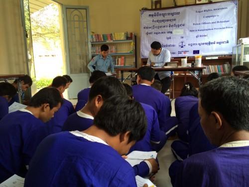 Les prisonniers étudient un manuel