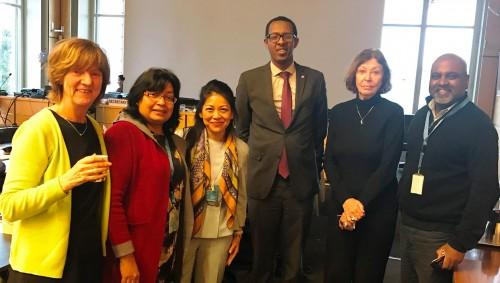 Les membres du Comité des droits de l'Enfant des Nations Unies, avec les dirigeants d'IBJ au bureau du Haut-commissariat aux droits de l'homme des Nations Unies à Genève : (de gauche à droite) Mme. Kirsten Sandberg, Rapporteuse au CIDE, Yasmeen Shariff, Vice-présidente du CIDE, Karen Tse, Fondatrice et directrice d'IBJ, Mr. Benyam Dawit Mezmur, Président du CIDE, Juge Renate Winter, Vice-présidente du CIDE, et Sanjeewa Liyanage, Directeur des programmes internationaux d'IBJ