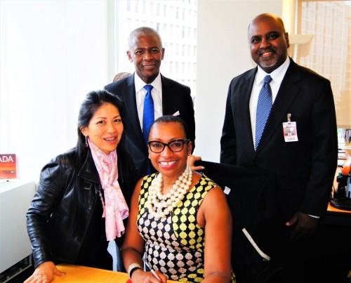 Karen Tse (Fondatrice et PDG d'IBJ), John Simpkins (Conseiller principal d'IBJ), Sandie Okoro (Vice-présidente sénior et Directrice juridique de la Banque mondiale), et Sanjeewa Liyanage (Directeur international des programmes d'IBJ), à la cérémonie de signature célébrant l'adhésion d'IBJ au Forum international.