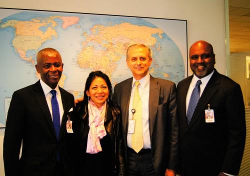 John Simpkins, Karen Tse, Marco Nicoli (Chef de projet sénior du Forum international), et Sanjeewa Liyanage, suite à l'entretien sur la collaboration d'IBJ avec le Forum international.